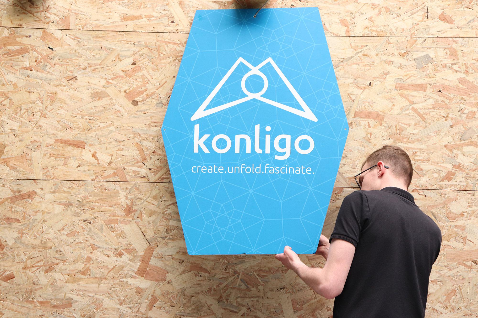 Employee looking at Konligo Logo in search of identity