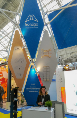 Woman in size comparison to high exhibition booth Ondo